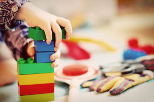 Kinderhand mit bunten Bauklötzen